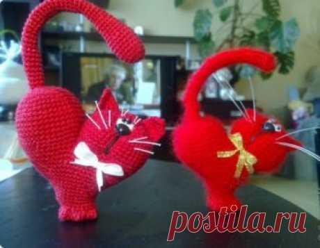 Вязаная игрушка-котик ко Дню Валентина