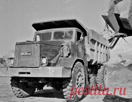 МАЗ-525 — карьерный самосвал, с танковым двигателем, которым управляли стоя