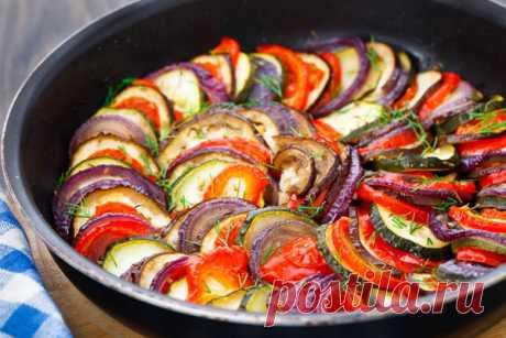 Как приготовить тот самый рататуй     В стародавние времена типичным летним продуктом простых французских крестьян были овощи. Они их собирали, произвольно резали и тушили. В результате всех этих несложных действий получалось овощное …