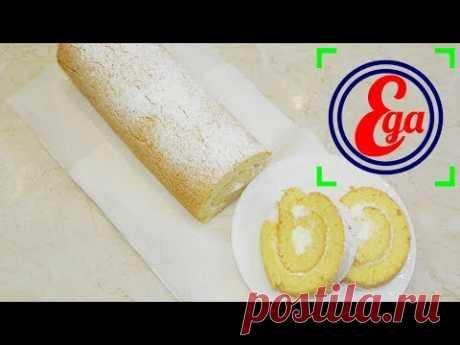 El panecillo de bizcocho con smetannym por la crema