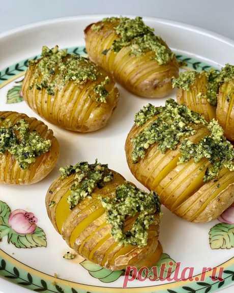Запечённый картофель Ингредиенты:⠀Картофель небольшого размера — 6–8 шт.⠀Чеснок — 2 зубчика⠀Базилик — 5-6 веточек⠀Кешью — 0,25 стак.⠀Трюфельное масло или любое растительное)Соль — по вкусуПриготовление:1. Картофель хорошо промыть.⠀2....