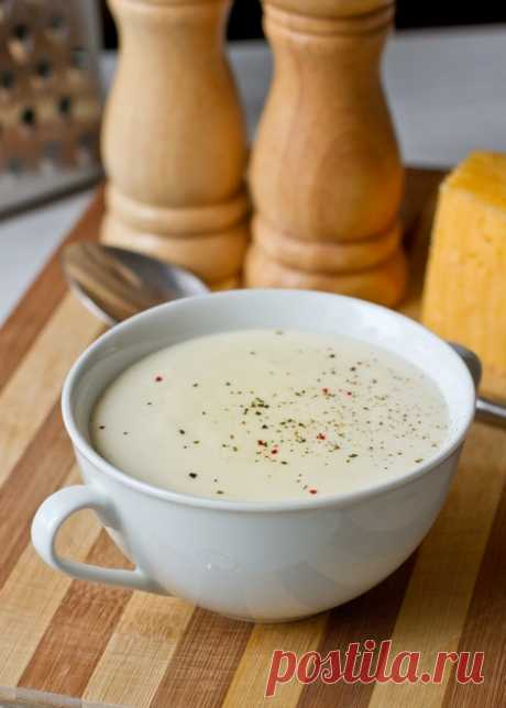 """Сырный соус """"Морнэ"""" Этот густой белый соус с сыром готовится на основе классического соуса бешамель. Его можно подавать к рыбе, птице, мясу, овощам, а также использовать там, где часто применяется бешамель - в лазаньях, гратенах и других запеканках. В последнем случае количество сыра и масла, добавляемых в соус, стоит сократить.Если вы не использовали весь соус сразу - его [...]"""
