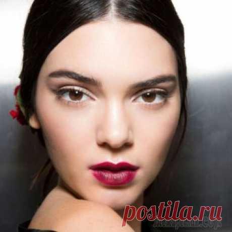 Макияж бровей — создаем привлекательные дуги Многие девушки пытаются подобрать правильный макияж и подчеркнуть красоту бровей. Но мало кто знает, как же правильно сделать красивый макияж бровей. К этому вопросу нужно подойти особенно внимательн...