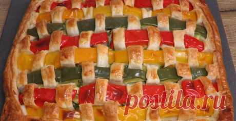 Красивый плетеный пирог из слоеного теста: закуска с сыром и зеленью