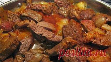 Вкусный, домашний гуляш. Восхитительное блюдо.    Мясо получается очень нежное, сочное и вкусное! Забирай рецепт!  Ингредиенты ✓ мясо (говядина или свинина) — 500 г, ✓ лук репчатый — 2 шт, ✓ мука — 1 ст. ложка, ✓ томатная паста — 3 ст. ложки, ✓ со…