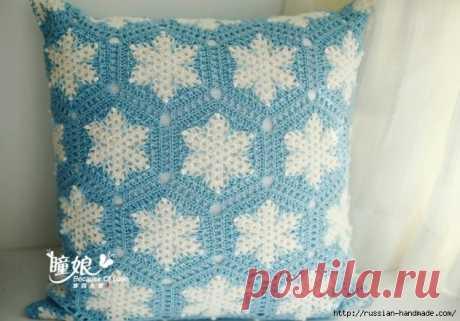Вяжем крючком подушку со снежинками
