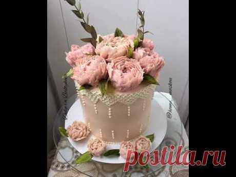 Торт с кружевом и с пионами из фасолевой пасты