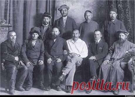 На фото выдающиеся казахские деятели 20 века . Великие умы казахского народа, получившие образование в лучших учебных заведениях Российской империи. Их обьединяет одна черта , которой нет у современной молодежи . Все они выбирали профессию которая не обещала много денег и богатую жизнь , но была жизненно необходима для казахского народа того времени : врачи , учителя , юристы , ученые. Позже именно они станут основоположниками казахской науки , литературы , языка , государственности. Они тратили
