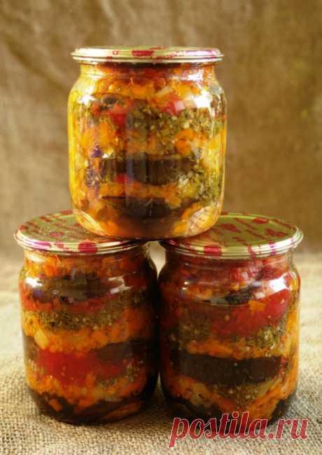 Баклажаны в медовой заливке Вес продуктов, готовых к кулинарной обработке (нетто): - 1 кг баклажан - 1 кг помидор - 1 кг лука - 700 г моркови - 2 пучка укропа - 8 зубчиков чеснока - 3 ст.ложки 6% яблочного уксуса - 1,5 ст.ложки мёда - соль и черный перец по вкусу - 125 мл растительного масла (для жарки) Баклажаны нарезать...