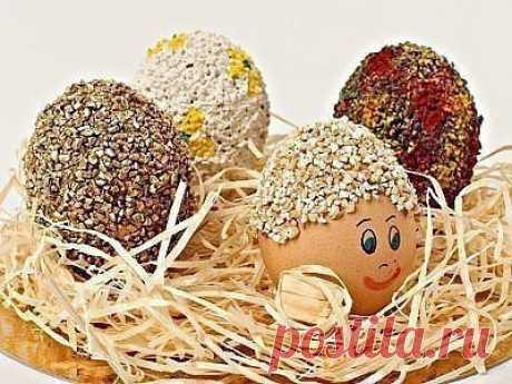 Пасхальные яйца, украшенные крупой.