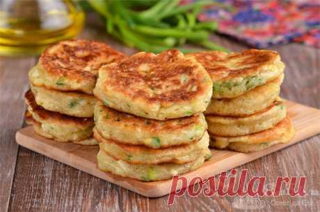 Оладьи на кефире с зеленым луком и яйцом.  Готовим вкуснейшие оладьи на кефире с зеленым луком и яйцом. По вкусу напоминают пирожки с луком и яйцом, получаются очень вкусными и ароматными. Тесто замешивается очень быстро и сразу готово к жарке.