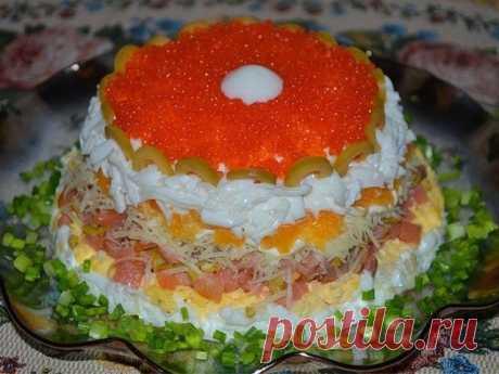 """Салат """"Жемчужина""""   Ингредиенты:   Яйца вареные 5 -7 шт семга слабосоленая 200 гр апельсин 1 шт оливки 2-3 ст л или 15-17 шт сыр 60 гр икра красная лососевая для украшения  Приготовление:  Отделить белки от желтков, натереть. Рыбу, апельсин без пленок и оливки мелко порезать. Сыр натереть на мелкой терке. Выкладываем слоями: половина белков, смешанных с майонезом желтки, майонез половина семги, майонез оливки оставшаяся семга сыр, майонез апельсины оставшиеся белки с майон..."""