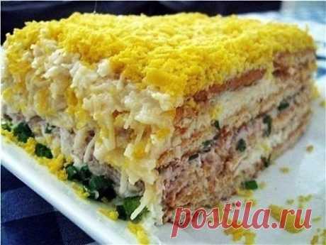 Рыбный торт-салат с крекером и зеленью