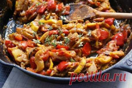 Вкусное и простое овощное рагу   Блюдо из серии «все нарезать и запечь». Несмотря на простоту приготовления, рагу выглядит празднично, ярко и жизнерадостно.   Ингредиенты:  Показать полностью…