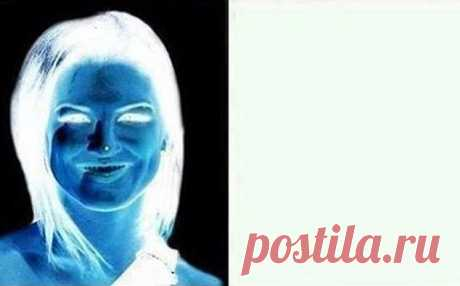 Оптическая иллюзия: женщина на белом фоне