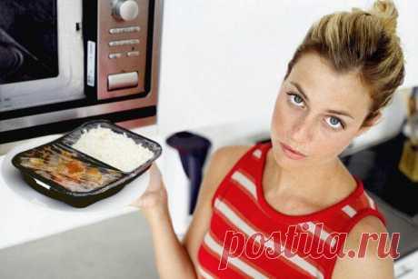 Вещи, которые нельзя класть в микроволновую печь Всем известно, что если поставить яйцо в микроволновую печь, оно взорвется, а если обернуть блюдо фольгой — начнет искрить. Но есть и другие продукты и предметы. Узнайте, что именно нельзя ставить в м...