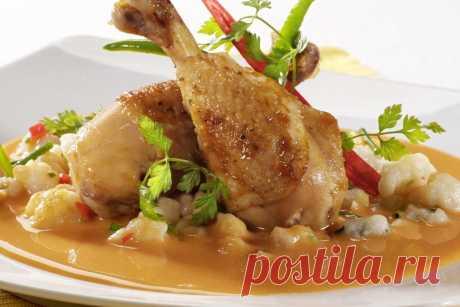 Курица на луке на сковороде тушеная в темном квасе