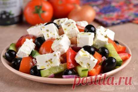 Греческий салат с сыром Фета.  Очень простой в приготовлении классический греческий салат. На приготовление уйдет не больше 15 минут. Сочные свежие овощи, мягкий сыр, маслины, сушеный орегано, оливковое масло и лимонный сок – это все, что потребуется для создания вкуснейшего салата. Просто, быстро и вкусно.