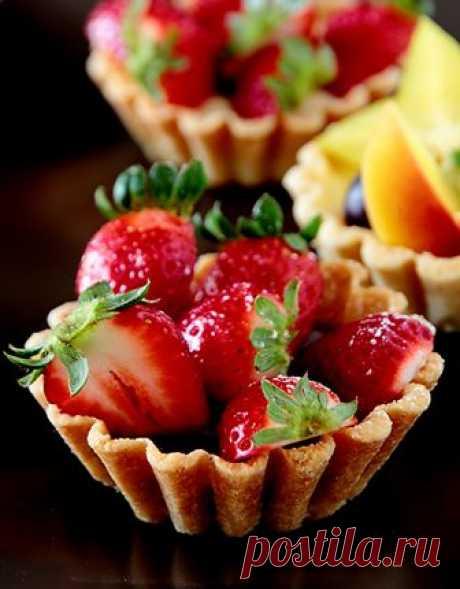 Маленькие корзиночки со сладкой начинкой – классический десерт, любимый всеми. Они очень красиво смотрятся, можно положить в них различный крем (чтобы угодить всем), украсить сезонными ягодами, фруктами, шоколадом. При выпечки маленьких корзиночек очень важно правильно выбрать тесто. Жирное тесто слишком рассыпчатое, непрочное, плохо сохраняет форму при выпечке, его нельзя раскатывать тонко, поэтому места в корзиночка…