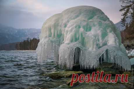 Ледяные медузы Телецкого озера, Горный Алтай. Такие фантастические фигуры создают брызги волн Телецкого озера зимой. Фотографировала Светлана Казина: nat-geo.ru/photo/user/30896/