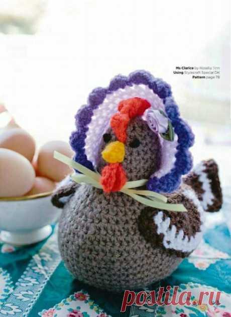 Курочка мисс Кларис  #курочка_крючком@knit_toyss, #крючком_игрушка@knit_toyss  описание  Источник: https://ok.ru/toysss/topic/70801327909813