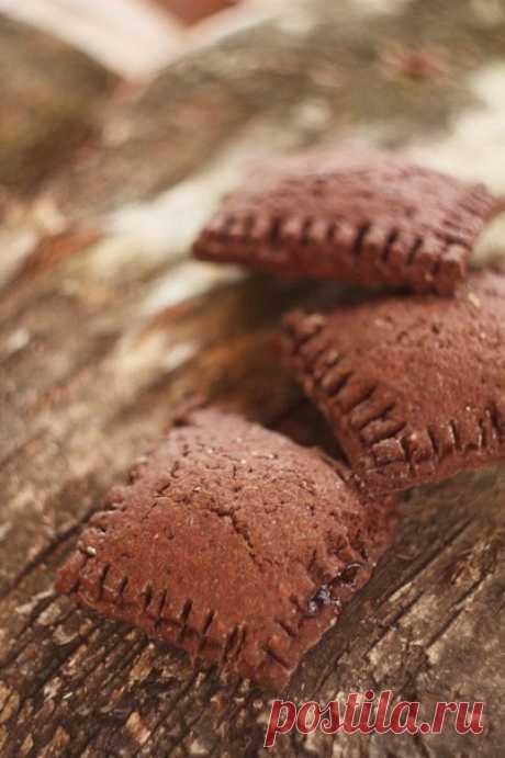 Шоколадное печенье с яблочным джемом.  Умопомрачительное хрустящее печенье с яблочным джемом. Шоколадное тесто идеально сочетается с начинкой. Два этих вкуса дополняют друг друга и прекрасно подходят к утренней чашке кофе или чая. Вы любите печенье так же, как люблю его я? Тогда попробуйте! Приготовление (замес + выпечка) составляет около 40 минут.  Вам потребуется:  Мука – 220 г Какао-порошок – 80 г Сливочное масло – 160 г Сахар – 70 г Яйца – 2 шт. Яблочный джем – 200 г...