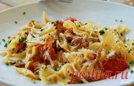 Паста с лисичками в сливочном соусе - замечательное блюдо итальянской кухни. Сливочный соус придает особую нежность блюду, прекрасно сочетаясь с лесными грибами и пастой
