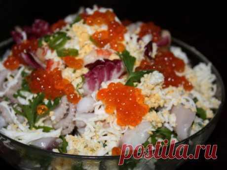 Самый любимый салат с кальмарами ,креветками и красной икрой.
