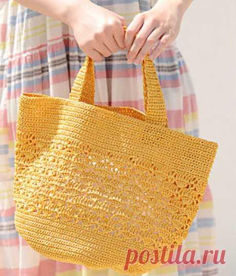 Летняя сумка крючком Такую чудесную сумку можно связать крючком например, из бумажной рафии. Схемы вязания прилагаются.