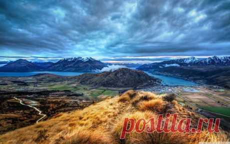 """KVINSTAUN, NOVAYA ZELANDIYA.\u000d\u000aThe city of Kvinstaun is located in the region of the untouched wild nature, on the bank of the picturesque lake to Uakatip surrounded with a massif of the Southern Alps. This city is considered the city of New Zealand, the second for attendance, after Auckland.\u000d\u000aFor those who like to enjoy beauty of the nature far from a civilization tours in the most picturesque places on SUVs, helicopters and even the ancient steamship will be organized. Such excursions at local often carry the name """"Властелин..."""