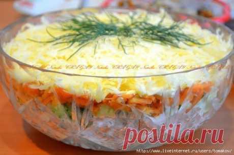 Вкусный и сытный салат получается из копченой курицы, корейской моркови и огурцов
