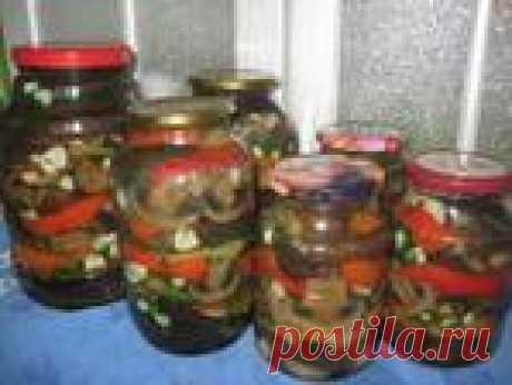 Баклажаны с грибами, болгарским перцем, чесноком и укропом.