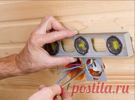 Какой должна быть высота установки розеток и выключателей    Какой толк от бытовой электросети, если она неудобна в пользовании, а то и вовсе раздражает изо дня в день? Сегодня мы разберёмся с основополагающими принципами оптимального размещения электротехнической арматуры и выясним, на какой высоте от пола или столов должны располагаться розетки и выключатели.    Об удобстве пользования выключателями    Есть неограниченное количество неудачных примеров размещения «чистово...