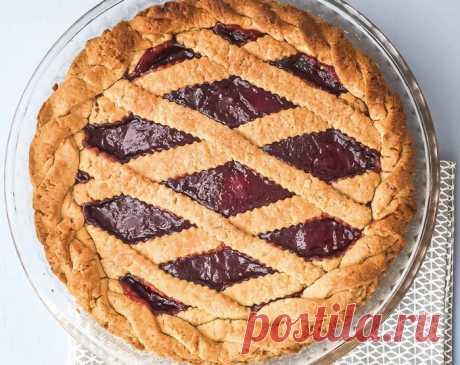 Пирог с вареньем рецепт итальянской кростаты | ChocoYamma | Яндекс Дзен  Для всех читателей моего Дзен-канала ChocoYamma, которые хотели бы приготовить к завтраку что-то восхитительное и нежное, я рекомендую отличный рецепт пирога с клубничным джемом. Поверьте, это - именно то, что вам нужно. В клубничном пироге, который мы приготовим сегодня, вы получите идеальный баланс сладкой клубничной начинки с кисленькой и терпкой лимонной корочкой.