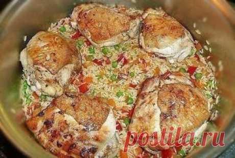 Рис с курицей  Ингредиенты:  1 курица на 1,5 кг (8 бедрышек) 1 средняя луковица 1 морковка 1 сладкиой красныж перец 100 г зеленого горошка (можно замороженного) 500 г длиннозерного риса 100 мл белого сухого вина 2 зубчика чеснока острый перец рокото (чили) по вкусу 1/2 ч.л. молотого кумина (зиры) соль, перец 50 мл нейтрального растительного масла для обжаривания 0,5 л куриного бульона  Приготовление:  1. Курицу разрезать на 8 частей, каждый кусок проколоть в нескольких мес...