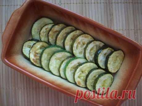 Кабачки, запеченные с шампиньонами и помидорами под сыром  Ингредиенты (на 2 порции):   Кабачок цуккини — 1 шт. Помидоры черри — 8-10 шт. Сыр полутвердый —100 г Шампиньоны — 100 г Белый кунжут — 1 ст. л. Растительное масло, соль, перец  Приготовление:  1. Цуккини нарезаем кружками. Шампиньоны — небольшими кусочками. Помидорки черри — пополам. Сыр — в крупную тёрку. Всё готово, приступаем к тепловой обработке. :) 2. Кабачки обжариваем по 5 минут с каждой стороны, до золотис...