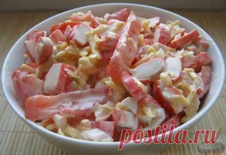 """Гости на пороге. Что делать? Салат """"Красное море"""" готовится всего за 10 минут, и гости будут в удивлении и в восторге:) Быстро, вкусно и красиво!!! Продукты (на 2 порции)  Крабовые палочки - 250-300 г  Помидоры – 1-2 шт.  Сыр – 100-200 г  Чеснок — 1-3 зубчика  Соль (по желанию) - по вкусу  Майонез - по вкусу  Как приготовить салат """"Красное море"""" Сыр твердый натереть на крупной терке. Помыть и нарезать помидоры соломкой Крабовые палочки нарезать тонкими колечками. Чеснок очистить и мелко нарезать"""
