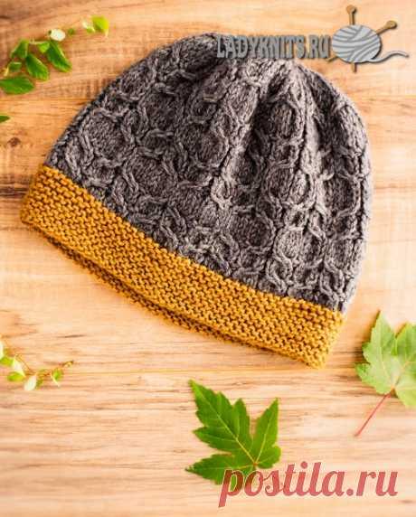 Вязаная спицами женская шапка с рельефными косами.