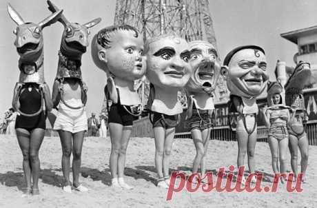 Жирный вторник Калифорнийский пляж, 1935 год, Жирный вторник. Почему день недели так назвали и зачем людям на фото огромные маски? Жирный вторник, или по-французски Mardi Gras, — это аналог славянской Масленицы. Католики празднуют его перед началом Великого поста. В этот день принято шумно веселиться, танцевать, петь и лакомиться всем, чем захочется. На Марди Гра люди устраивают маскарад, делают причудливые огромные маски-головы из папье-маше. Высота одной такой конструкции может быть больше…