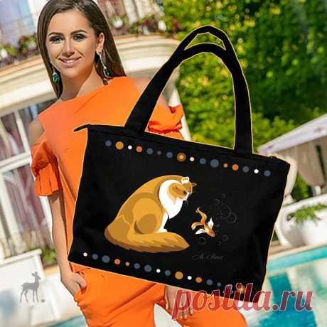 Рыжее пушистое очарование на сумке! Эта сумочка появилась на свет не случайно, она предназначена для всех любителей рыжих котиков. Немного фантастичный сюжет о том, как котик мирно смотрит на золотую рыбку. Сумка дополнена декоративными элементами, которые можно изобразить в любой стилистике. Черная сумка может легко превратиться в белую, коричневую или Вы можете выбрать любой другой подходящий для Вас цвет. По размеру сумка большая, удобная и практичная....