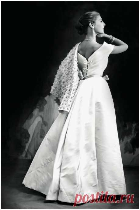 model is Fiona Campbell-Walter, Vogue in 1952  Photo Frances McLaughlin-Gill