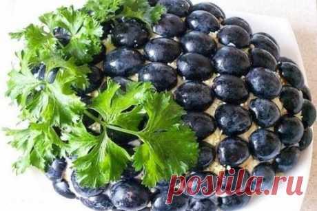 Салат Черная гроздь переплюнул Оливье Слоенный салат-торт из мяса, грибов, свеклы, сыра и моркови, украшается черным виноградом и петрушкой. На любой праздничный стол. Продукты: отварное мясо
