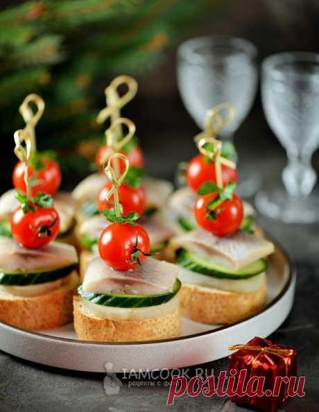 Канапе с селедкой и помидорами — рецепт с фото на Русском, шаг за шагом. Рецепт приготовления вкусного праздничного канапе с селедкой.