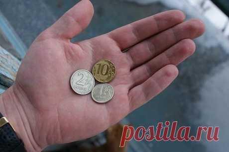 """ДЕНЬГИ НА ПОРОГЕ   Чтобы в вашем доме всегда водились деньги,спрячьте под половик три новых блестящих монеты по 10 рублей и произнесите слова:   """"ЗОЛОТО-К ЗОЛОТУ  СЕРЕБРО-К СЕРЕБРУ,  ДЕНЬГИ-К ДЕНЬГАМ,  К ЭТОМУ ПОРОГУ,  В ЭТОТ ДОМ!""""   Техника делается внутри квартиры, но можно так же и снаружи (смотря где вы живёте). Таким образом вы притягиваете деньги в ваш дом."""