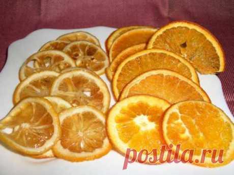 Чипсы из засахаренных лимонов и апельсинов Лимоны и апельсины нарезаем очень тонкими дольками 2-3 мм. из фруктов вынимаем косточки. На тарелку насыпаем сахар-песок, обмакиваем очень сильно каждый кружок лимона и апельсина в сахар с двух сторон. Выкладываем кружочки на противень и ставим в разогретую духовку 160*С. Сначала дольки прогреются и