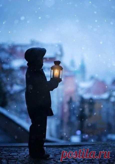 )))  «Грейте, люди, друг другу души...»  Штормовое предупреждение — Сорок градусов зимней стужи! Опасайтесь обморожения, Грейте, люди, друг другу души. Чем сумеете: словом, действием, Сладким чаем, добром, приветом. Холода — равнодушия следствие, Нежелание делиться светом. Берегите от замерзания Душ прозрачную невесомость, Исполняйте легко желания Ваших близких, друзей, знакомых. Чтоб мороз обжигал безжалостно Не внутри, а только снаружи, Не жалейте тепла, пожалуйста. Грейте, люди, друг друг