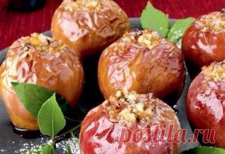 Запеченные яблоки с финиками, орехами и корицей  Ингредиенты: 3 кислых яблока, 6 фиников Показать полностью…