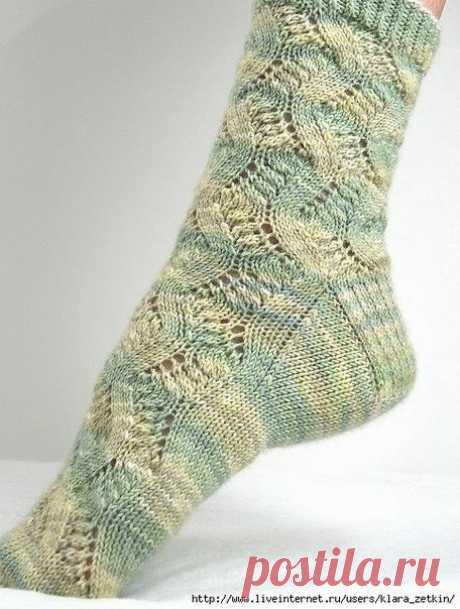 НОСКИ АЖУРНЫЕ     Мои знакомые с удовольствием носят подобные носки. Это очень неплохой подарок. АЖУРНЫЕ НОСКИ СПИЦАМИ «SPRING FORWARD»  Размер: Длина стопы растягивается до 28 см. Высота носка от пятки около 30 см. Ширина носка: 15 см.  Понадобится: 150 г. пряжи (Blue Moon Fiber Arts Socks That Rock Lightweight [100% супервош меринос; 370 м. в 155 г.]) Чулочные спицы № 2,5 или иные подходящие по плотности. Иголка для пряжи  Плотность вязания: 30 пет./44 р. = 10х10 см. лиц...