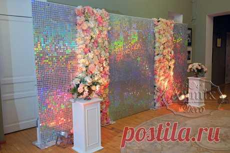 Фотозона из переливающихся пайеток и панно из цветов   Свадебное оформление - Артмикс Декор