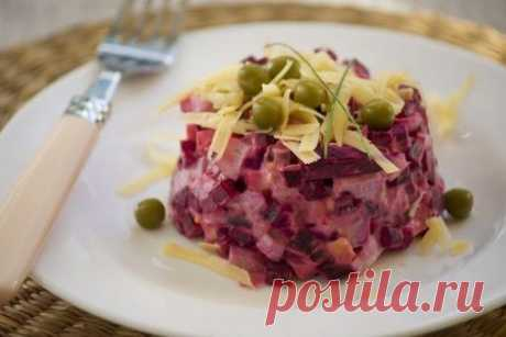 Салат свекольный.  Легкий свекольный салатик, совсем несложный приготовлении, порадует как на будничном столе, так и на праздничный его можно приготовить, украсив при подаче.  Вам потребуется: Показать полностью…